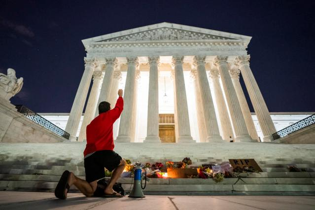 In pictures: Mourners honour Ginsburg on U.S. Supreme Court steps