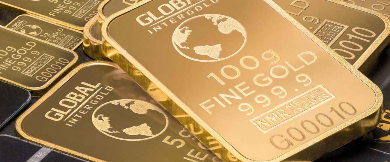 Gold inches higher; set for weekly loss as dollar holds firm