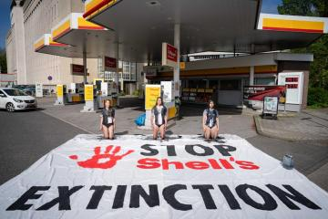 Photo Story – Action 'Shell Must Fall' during Shell shareholder meeting in The Hague