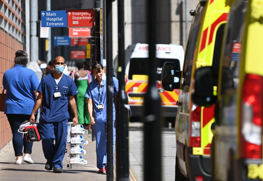 60% of people being admitted to UK hospitals had two COVID jabs – adviser