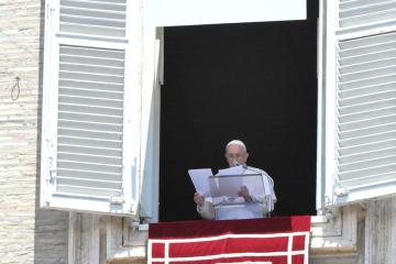 Learn to switch off, says Pope in first appearance at Vatican after hospital stay