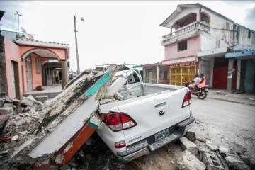Haiti hospitals overwhelmed by quake victims as death toll hits 1,297