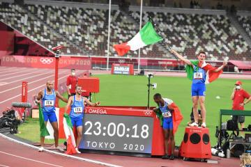 On-fire Italy storm to astonishing sprint relay gold
