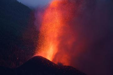 Canariesvolcanostreams slow down, homes destroyed, thousands flee