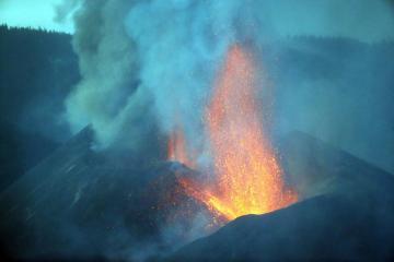Hundredsevacuatedas red-hot lava threatens homes in Spain's La Palma