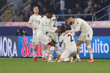 Ibrahimovic scores at both ends as Milan beat nine-man Bologna to go top