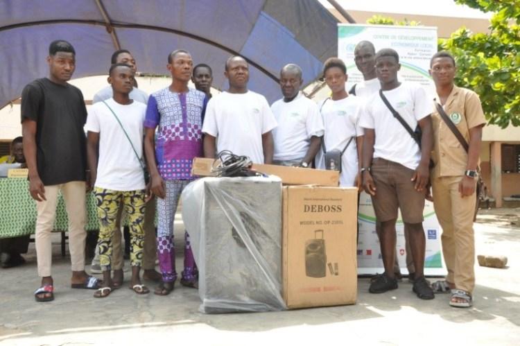 Les représentants du club du CEG Ste Rita recevant leurs équipements