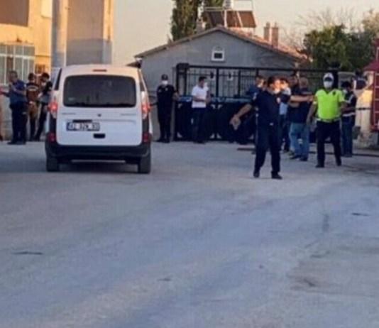 Vendredi 30 juillet, 7 Kurdes membres d'une même famille ont été lâchement assassinés dans leur maison par un groupe ultranationaliste turc dans la province de Konya, en Turquie. Originaire de la région de Kars, la famille Dedeogullari vivait depuis plus de 20 ans dans le district de Meram, à Konya. Elle avait été victime d'une première agression en mai 2021 par une foule d'individus armés de couteaux, de pierres et de bâtons, qui proférait des menaces telles que «Nous sommes des nationalistes. Nous ne vous permettrons pas de vivre ici». Cinq personnes avaient été arrêtées en lien avec l'incident, mais toutes avaient été libérées par la suite pour «preuves insuffisantes».