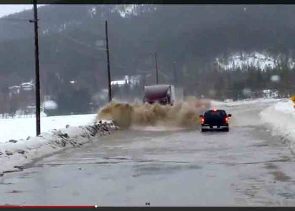 Video: Truck vs Flood