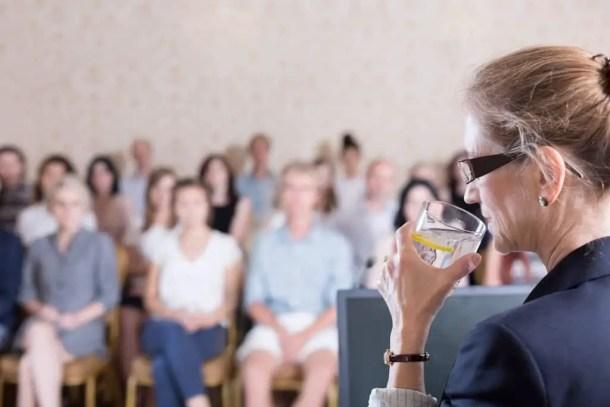 شرب الماء أثناء التحدث أمام العامة