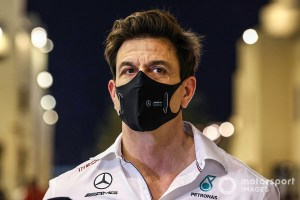FIA била по Mercedes, а заодно попала по Aston Martin