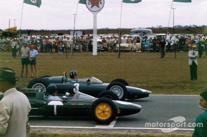 Sudáfrica, 29 de diciembre de 1962: Graham Hill, BRM P57 y Jim Clark, Lotus 25 Climax
