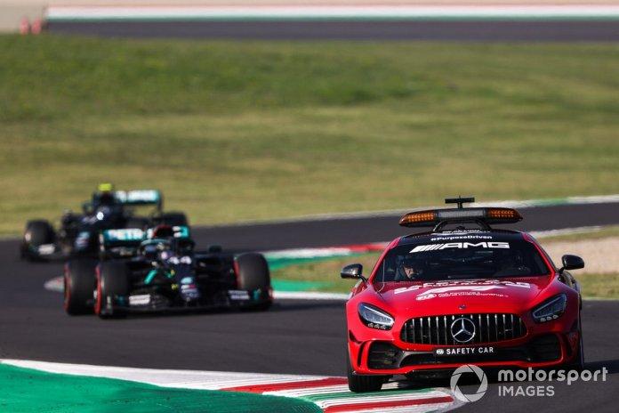 El Safety Car lidera a Lewis Hamilton, Mercedes F1 W11, y Valtteri Bottas, Mercedes F1 W11