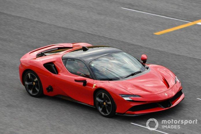 Sebastian Vettel, Ferrari, conduce el SF90 Stradale