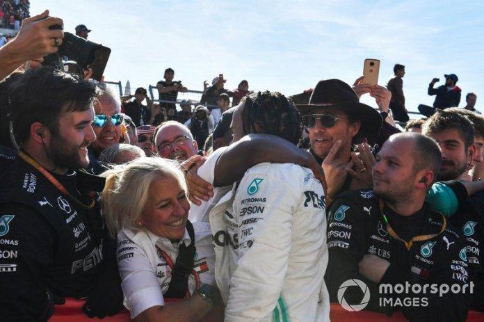 Lewis Hamilton, Mercedes AMG F1, 2º clasificado, celebra en Parc Ferme con su padre Anthony Hamilton y su equipo después de conseguir el título mundial de pilotos por sexta vez