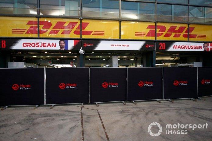 Las pantallas frente a los garajes de los Haas