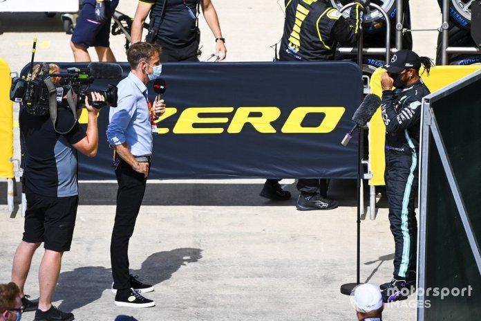 Jenson Button, Sky Sports F1,con el ganador de la pole Lewis Hamilton, Mercedes-AMG F1