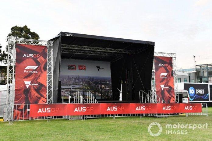 El escenario vacío en el área de los fans