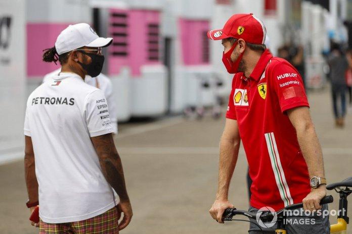 Lewis Hamilton, Mercedes-AMG F1 y Sebastian Vettel, Ferrari en el paddock