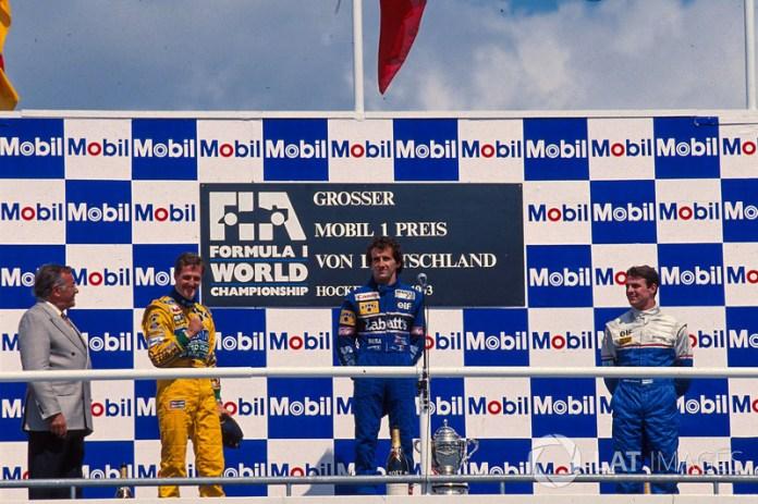 En el GP de 1993 en Hockenheim, Alain Prost del equipo Williams conquistaba su última victoria en la Fórmula 1. En el podio lo acompañaron el segundo lugar Michael Schumacher de Benetton y el tercer lugar Mark Blundell con Ligier.