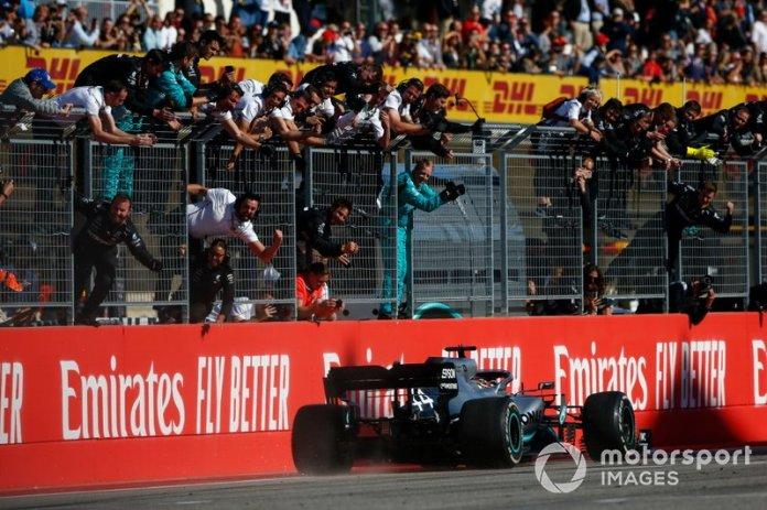 Lewis Hamilton, Mercedes AMG F1 W10, es recibido por su equipo en la llegada