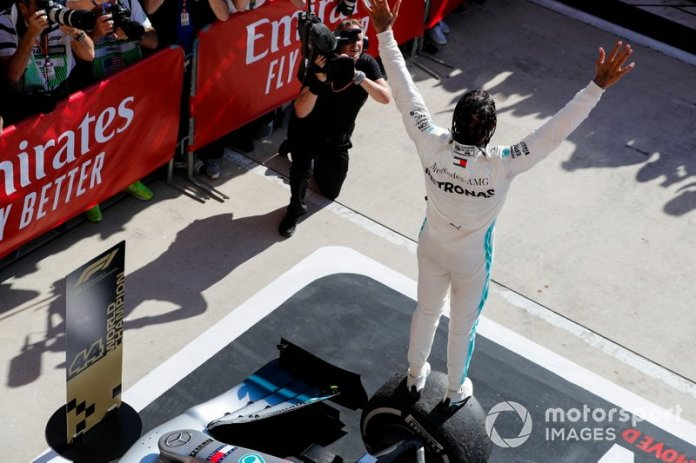 Lewis Hamilton, Mercedes AMG F1, celebra su sexto título mundial en parc ferme