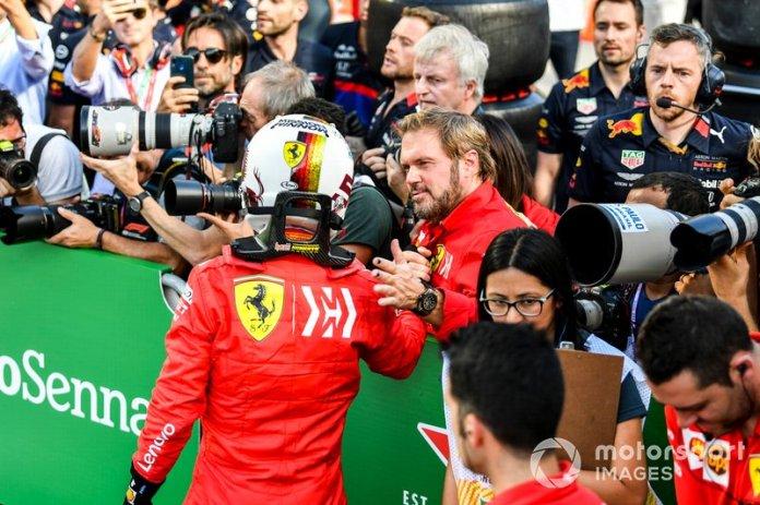 Sebastian Vettel, Ferrari, felicita a su equipo después de clasificarse en primera fila