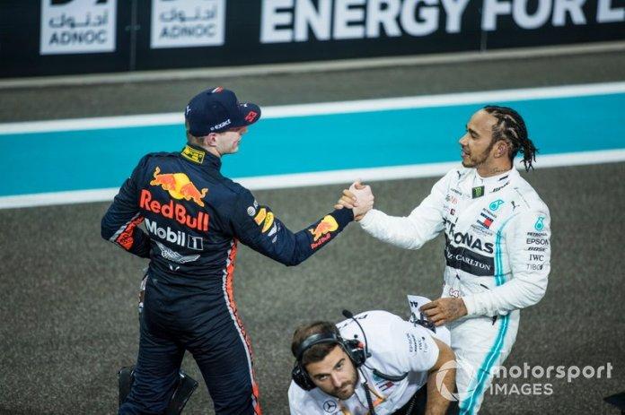 Max Verstappen, Red Bull Racing, 2ª posición, felicita a Lewis Hamilton, Mercedes AMG F1, 1ª posición, después de la carrera