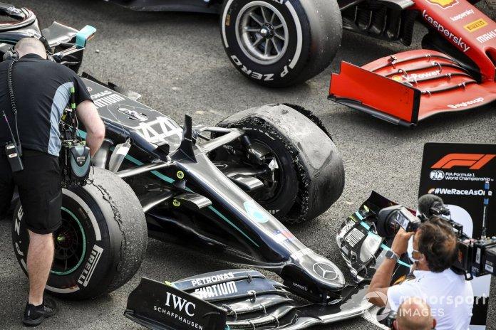 El neumático pinchado del monoplaza de Lewis Hamilton, Mercedes F1 W11 en Parc Ferme