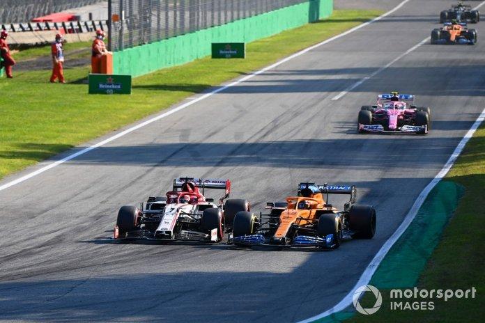 Kimi Raikkonen, Alfa Romeo Racing C39, Carlos Sainz Jr., McLaren MCL35