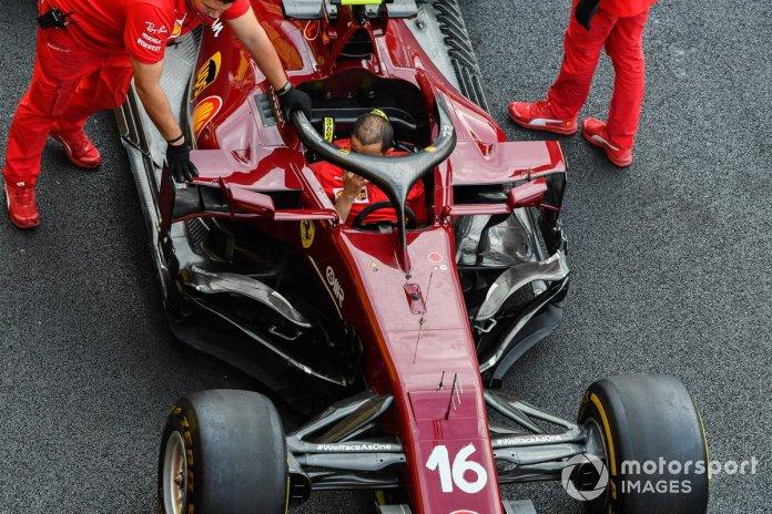 os mecánicos de Ferrari empujan el Ferrari SF1000 de Charles Leclerc