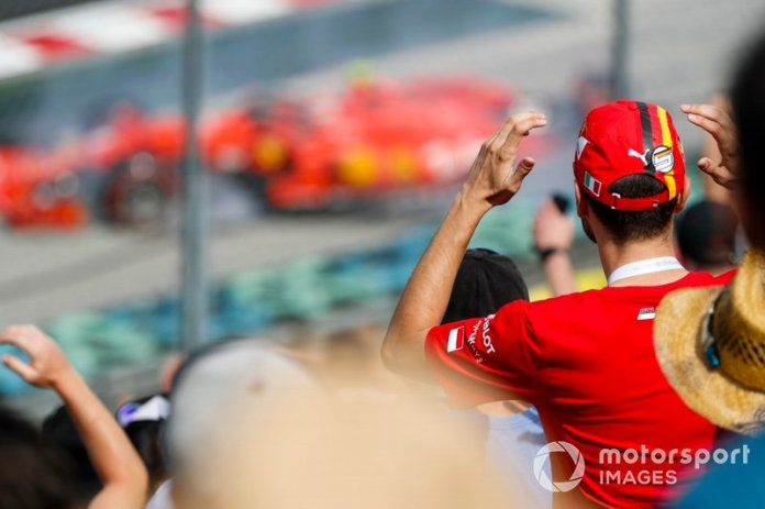 Un fan de Ferrari observa el choque de Charles Leclerc, Ferrari SF90