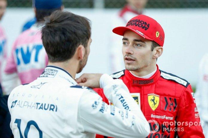 Charles Leclerc, Ferrari, hablando con Pierre Galsy, AlphaTauri