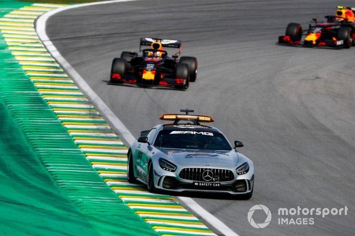 Max Verstappen, Red Bull Racing RB15 y Alexander Albon, Red Bull RB15 detrás del Coche de seguridad