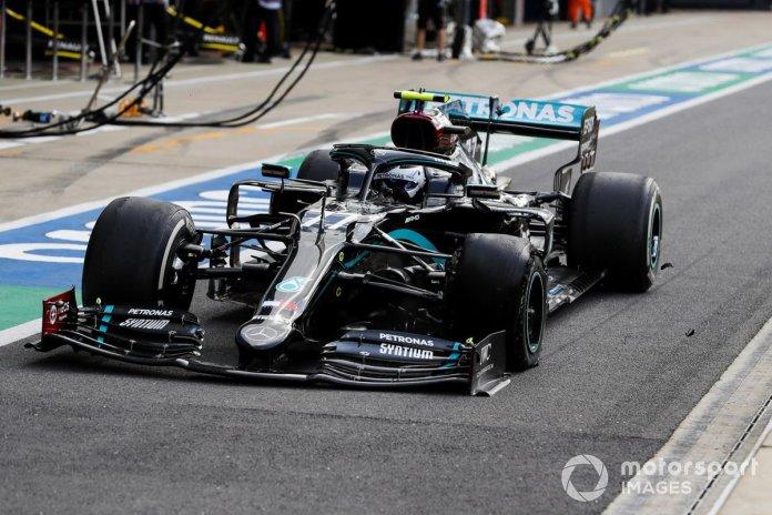 Valtteri Bottas, Mercedes F1 W11 EQ Performance pit stop después de recibir un pinchazo