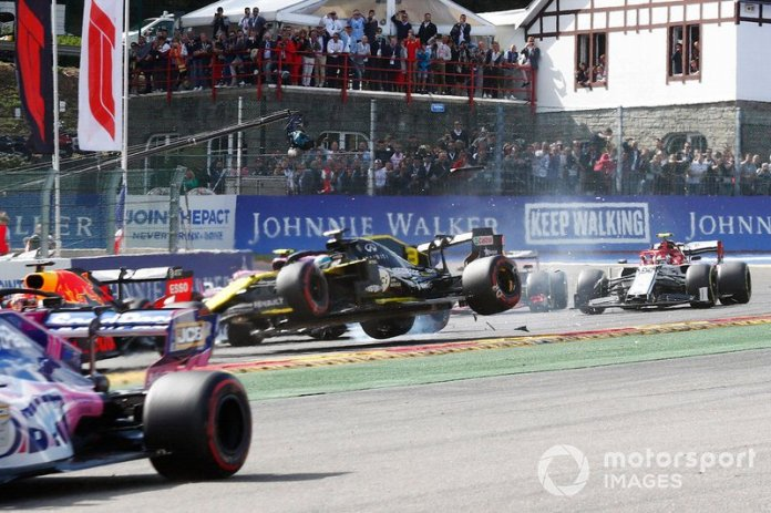 Daniel Ricciardo, R.S.19 de Renault F1 Team, es golpeado en la primera vuelta por Kevin Magnussen, Haas F1 Team VF-19 y Kimi Raikkonen, Alfa Romeo Racing C38.