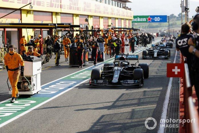 Lewis Hamilton, Mercedes F1 W11, Valtteri Bottas, Mercedes F1 W11, fuera de los pits para el reinicio