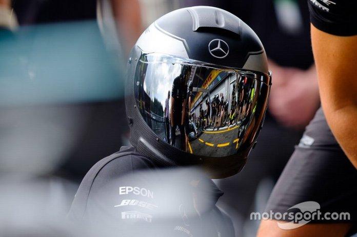 Miembro del equipo Mercedes AMG F1 durante los entrenamientos de pitstop