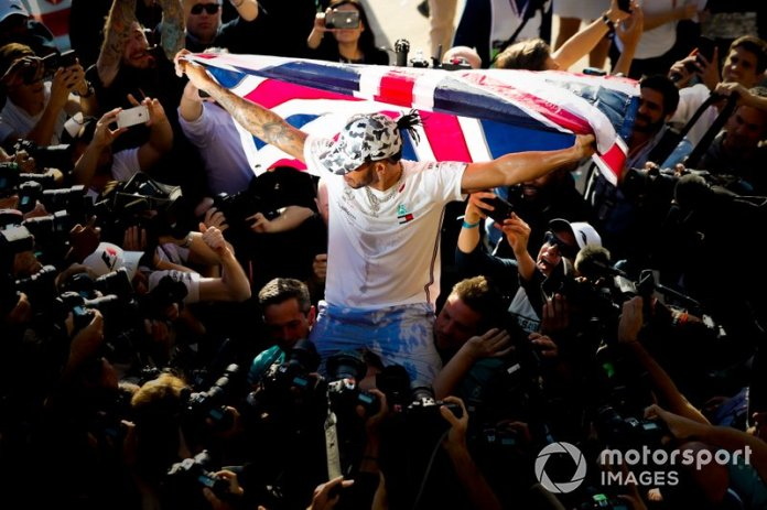 Lewis Hamilton, Mercedes AMG F1, celebra tras conseguir su sexto título mundial de pilotos