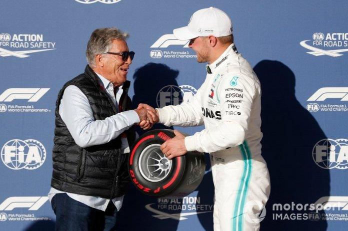 Mario Andretti entrega el premio pole position de Pirelli a Valtteri Bottas, Mercedes AMG
