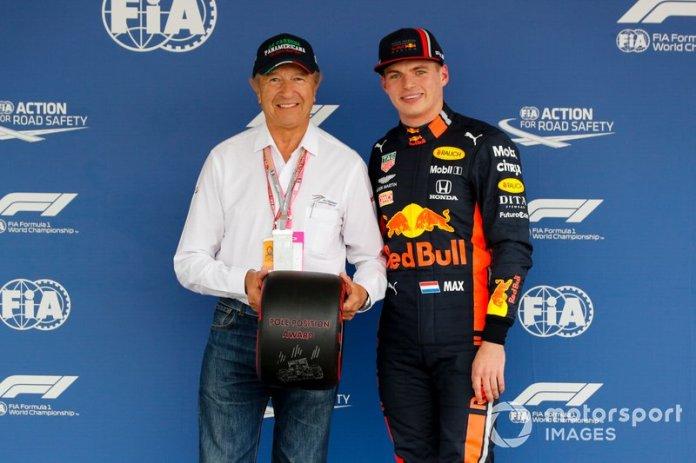 Jo Ramírez entrega el premio Pirelli Pole Position a Max Verstappen, Red Bull Racing