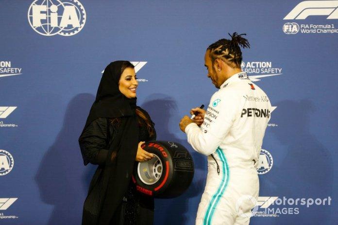 Lewis Hamilton, Mercedes AMG F1, recibe el Pirelli Pole Position Trophy de manos de Aseel Al-Hamad
