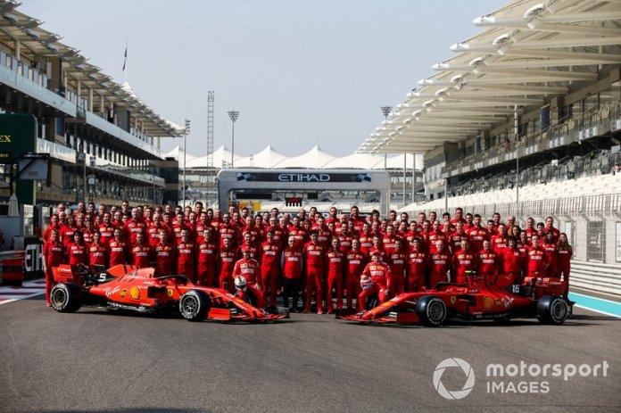 Foto oficial de la escudería Ferrari, en la que aparecen Sebastian Vettel, Ferrari, Charles Leclerc, Ferrari, Mattia Binotto, Team Principal Ferrari y Laurent Mekies, Director Deportivo de Ferrari