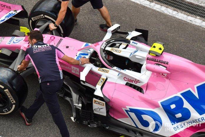 Los mecánicos de Racing Point empujan el Racing Point RP20 de Lance Stroll
