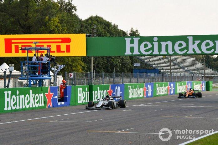 Ganador Pierre Gasly, AlphaTauri AT01 y el segundo lugar Carlos Sainz Jr., McLaren MCL35