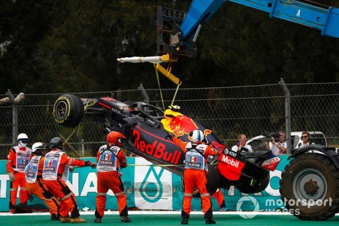 El coche de Alex Albon, Red Bull RB15 es removido después de un accidente en la FP2