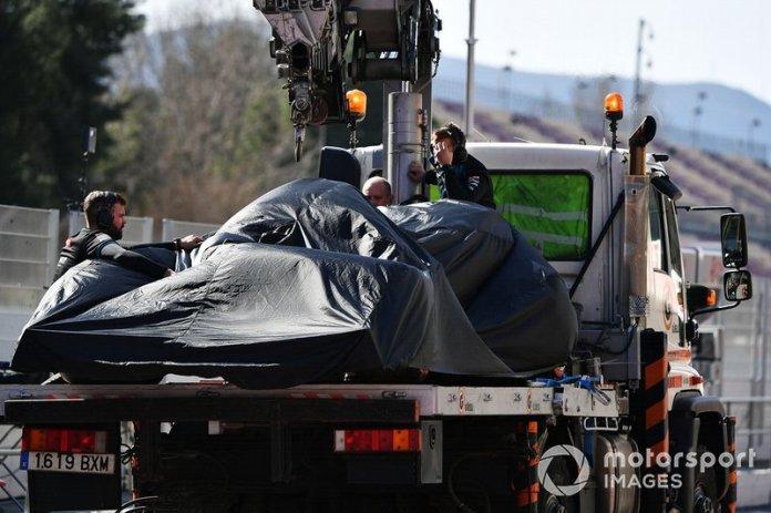 El monoplaza de Nicholas Latifi Williams FW43 es recuperado en los fosos de la parte trasera de una grúa