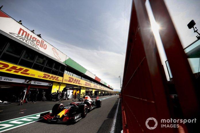 Max Verstappen, Red Bull Racing RB16 sale de pits