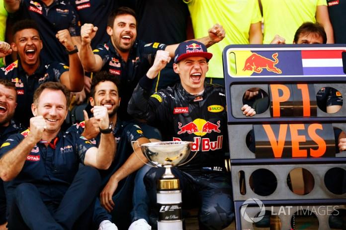 Max Verstappen y Red Bull Racing celebran su primera victoria juntos, en el estreno del holandés con el equipo, dejando una nueva marca para la victoria más joven en la historia de la Fórmula 1 con 18 años y 227 días.