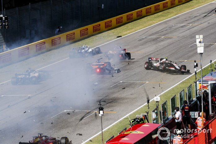 Choque al reinicio de Carlos Sainz Jr., McLaren MCL35, Antonio Giovinazzi, Alfa Romeo Racing C39 y Kevin Magnussen, Haas VF-20